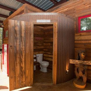 Foto på ett rustikt toalett, med en toalettstol med separat cisternkåpa