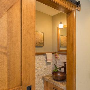 デンバーの小さいラスティックスタイルのおしゃれなトイレ・洗面所 (シェーカースタイル扉のキャビネット、淡色木目調キャビネット、ベージュの壁、ベッセル式洗面器) の写真