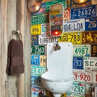 デンバーのラスティックスタイルのおしゃれなトイレ・洗面所 (壁付け型シンク) の写真