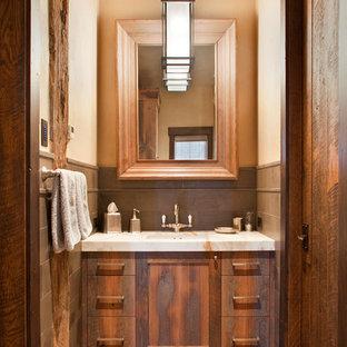 Выдающиеся фото от архитекторов и дизайнеров интерьера: маленький туалет в стиле рустика с фасадами цвета дерева среднего тона, паркетным полом среднего тона, врезной раковиной и плиткой из известняка