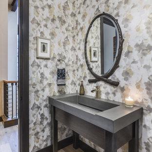 タンパのラスティックスタイルのおしゃれなトイレ・洗面所 (グレーのキャビネット、マルチカラーの壁、淡色無垢フローリング、一体型シンク、ベージュの床、グレーの洗面カウンター) の写真
