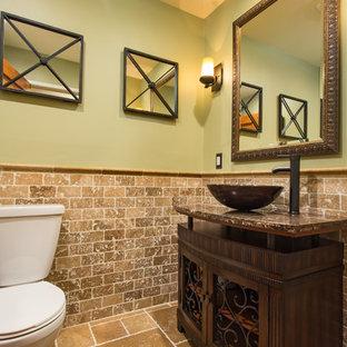 Идея дизайна: маленький туалет с фасадами островного типа, темными деревянными фасадами, раздельным унитазом, бежевой плиткой, плиткой из травертина, зелеными стенами, полом из травертина, настольной раковиной, столешницей из гранита и коричневым полом