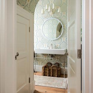 Foto de aseo clásico con paredes verdes, suelo de madera en tonos medios, lavabo suspendido y suelo marrón