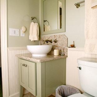 Esempio di un piccolo bagno di servizio country con consolle stile comò, ante verdi, WC a due pezzi, piastrelle beige, lastra di pietra, pareti verdi, pavimento in gres porcellanato, lavabo a bacinella, top in granito e pavimento beige
