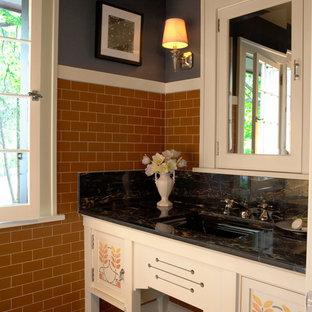 Immagine di un bagno di servizio stile americano con consolle stile comò, ante bianche, piastrelle marroni, piastrelle diamantate, lavabo sottopiano e pareti nere