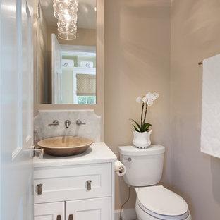 Стильный дизайн: туалет в морском стиле с мраморной столешницей, настольной раковиной, фасадами в стиле шейкер, белыми фасадами, раздельным унитазом, бежевыми стенами и белой столешницей - последний тренд