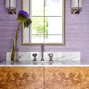 Свежая идея для дизайна: туалет в стиле современная классика с фиолетовыми стенами и врезной раковиной - отличное фото интерьера