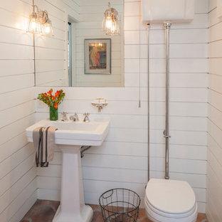 Пример оригинального дизайна: туалет в средиземноморском стиле с полом из терракотовой плитки и коричневым полом