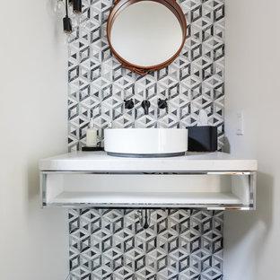 サンフランシスコのモダンスタイルのおしゃれなトイレ・洗面所 (オープンシェルフ、モノトーンのタイル、グレーのタイル、白い壁、ベッセル式洗面器、黒い床、白い洗面カウンター) の写真