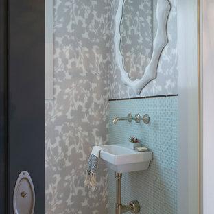 Свежая идея для дизайна: туалет в стиле современная классика с подвесной раковиной, синей плиткой, стеклянной плиткой и разноцветными стенами - отличное фото интерьера
