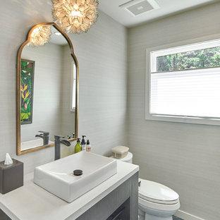 Große Klassische Gästetoilette mit Wandtoilette mit Spülkasten, grauer Wandfarbe, Keramikboden, Aufsatzwaschbecken, Mineralwerkstoff-Waschtisch, grauem Boden und weißer Waschtischplatte in San Francisco