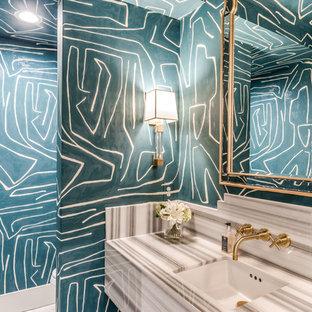 Idee per un grande bagno di servizio chic con pareti blu, lavabo sottopiano e top grigio