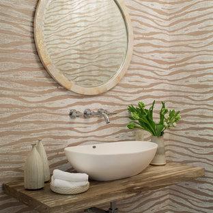 Kleine Klassische Gästetoilette mit bunten Wänden, Aufsatzwaschbecken, Waschtisch aus Holz und brauner Waschtischplatte in Santa Barbara