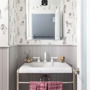 Réalisation d'un WC et toilettes champêtre avec un mur gris et un plan vasque.