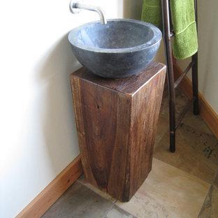 Imagen de aseo contemporáneo, pequeño, con armarios abiertos, puertas de armario de madera clara, paredes blancas, suelo de baldosas tipo guijarro, lavabo sobreencimera, encimera de madera y suelo multicolor