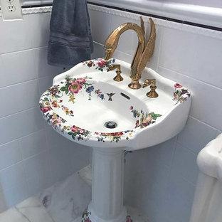 Réalisation d'un WC et toilettes victorien de taille moyenne avec un WC séparé, un carrelage blanc, des carreaux de céramique, un mur violet, un sol en marbre, un lavabo de ferme et un sol blanc.