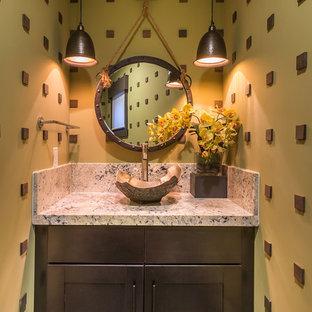 Aménagement d'un petit WC et toilettes montagne avec une vasque, un placard à porte shaker, des portes de placard en bois sombre et un mur jaune.