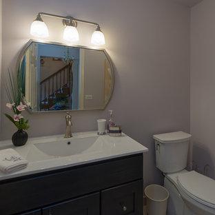 Modelo de aseo asiático, pequeño, con armarios estilo shaker, puertas de armario de madera en tonos medios, sanitario de dos piezas, suelo de mármol, lavabo bajoencimera, encimera de acrílico, suelo beige y encimeras blancas