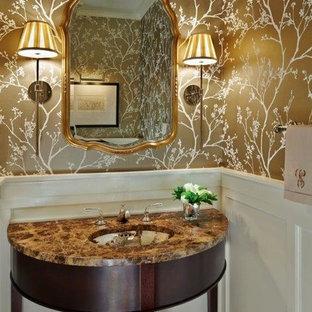 Стильный дизайн: туалет среднего размера в современном стиле с желтыми стенами, темным паркетным полом, врезной раковиной, мраморной столешницей и коричневым полом - последний тренд