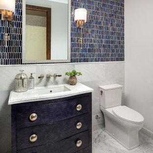 На фото: с высоким бюджетом туалеты среднего размера в стиле рустика с синими фасадами, унитазом-моноблоком, синей плиткой, плиткой мозаикой, белыми стенами, мраморным полом, врезной раковиной, мраморной столешницей, белым полом, белой столешницей, плоскими фасадами и напольной тумбой