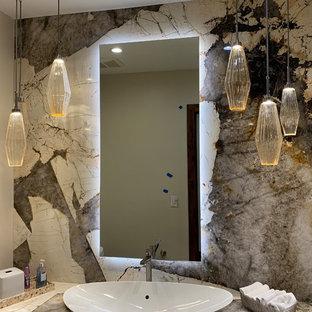 Immagine di un bagno di servizio tradizionale di medie dimensioni con ante lisce, ante in legno bruno, pareti beige, pavimento in travertino, lavabo a bacinella, top in granito, pavimento beige e top multicolore