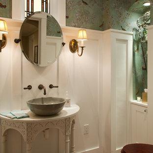 Foto di un bagno di servizio american style con lavabo a bacinella, consolle stile comò, pareti multicolore e pavimento in terracotta