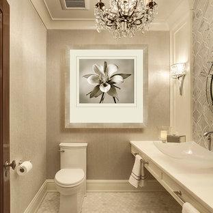 フェニックスの小さいトランジショナルスタイルのおしゃれなトイレ・洗面所 (ベッセル式洗面器、一体型トイレ、グレーのタイル、大理石の床、ベージュの壁、シェーカースタイル扉のキャビネット、白いキャビネット、大理石タイル) の写真