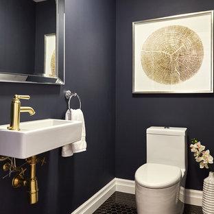 Kleine Klassische Gästetoilette mit Toilette mit Aufsatzspülkasten, schwarzen Fliesen, Keramikfliesen, blauer Wandfarbe, Keramikboden und Wandwaschbecken in Toronto