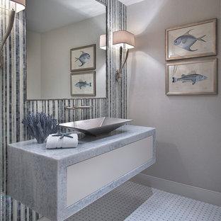 Пример оригинального дизайна: туалет в морском стиле с настольной раковиной, мраморной столешницей, разноцветной плиткой, серыми стенами и синей столешницей