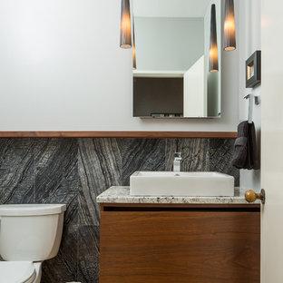 Свежая идея для дизайна: туалет в современном стиле с плоскими фасадами, темными деревянными фасадами, раздельным унитазом, черной плиткой, белыми стенами, паркетным полом среднего тона, настольной раковиной и коричневым полом - отличное фото интерьера