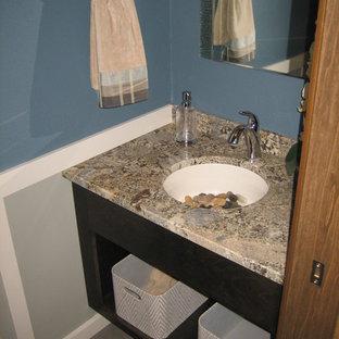 Стильный дизайн: маленький туалет в стиле шебби-шик с врезной раковиной, открытыми фасадами, темными деревянными фасадами, столешницей из гранита, серой плиткой, синими стенами и полом из винила - последний тренд