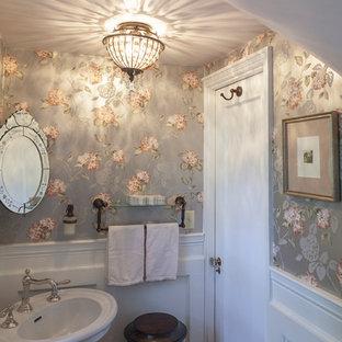 Immagine di un piccolo bagno di servizio shabby-chic style con lavabo a colonna, pareti multicolore e pavimento in marmo