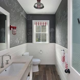 Réalisation d'un WC et toilettes champêtre avec un lavabo encastré et un plan de toilette beige.