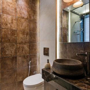Стильный дизайн: маленький туалет в средиземноморском стиле с фасадами островного типа, коричневыми фасадами, инсталляцией, коричневой плиткой, коричневыми стенами, настольной раковиной, белым полом и коричневой столешницей - последний тренд