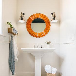 Esempio di un bagno di servizio tradizionale con lavabo a colonna e pareti bianche