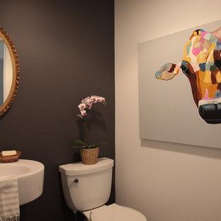 Immagine di un piccolo bagno di servizio minimal con pareti nere, lavabo a colonna e WC a due pezzi