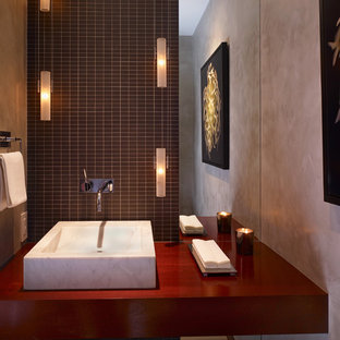 Idee per un grande bagno di servizio design con lavabo a bacinella, top in legno, piastrelle in gres porcellanato, pareti grigie e top rosso