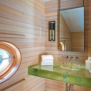 Idee per un bagno di servizio stile marino con lavabo integrato, top in vetro, top verde e pareti beige