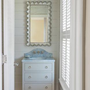 Выдающиеся фото от архитекторов и дизайнеров интерьера: туалет среднего размера в морском стиле с фасадами островного типа, белыми фасадами, белой плиткой, белыми стенами, светлым паркетным полом, консольной раковиной, столешницей из кварцита, коричневым полом и синей столешницей