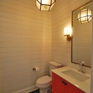 Immagine di un piccolo bagno di servizio tradizionale con ante a filo, ante rosse, WC a due pezzi, pareti bianche, pavimento in ardesia, lavabo sottopiano, top in marmo, pavimento grigio e top bianco
