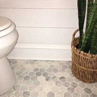 Идея дизайна: маленький туалет в стиле современная классика с стеклянными фасадами, белыми фасадами, унитазом-моноблоком, белой плиткой, мраморной плиткой, серыми стенами, мраморным полом, подвесной раковиной, мраморной столешницей и серым полом