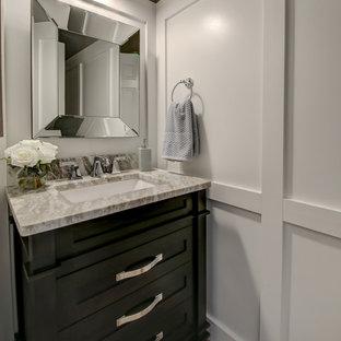 Foto de aseo tradicional renovado, pequeño, con armarios tipo mueble, puertas de armario negras, paredes grises, suelo de madera en tonos medios, lavabo bajoencimera, encimera de mármol, suelo marrón y encimeras grises
