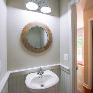 На фото: с невысоким бюджетом маленькие туалеты в стиле кантри с раздельным унитазом, серыми стенами, полом из винила, раковиной с пьедесталом и серым полом