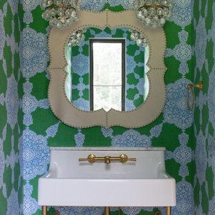 Ejemplo de aseo clásico renovado, pequeño, con paredes multicolor y lavabo tipo consola