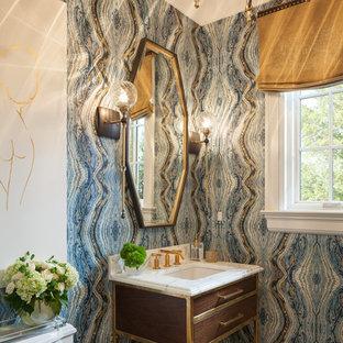 Imagen de aseo clásico renovado, de tamaño medio, con puertas de armario marrones, paredes azules, lavabo bajoencimera, encimera de mármol, suelo blanco, encimeras blancas, armarios con paneles lisos y sanitario de dos piezas