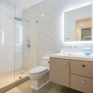 Diseño de aseo contemporáneo con lavabo integrado, armarios con paneles lisos, puertas de armario beige, baldosas y/o azulejos blancos y baldosas y/o azulejos de piedra