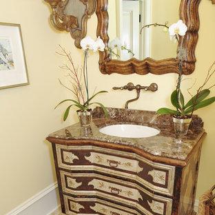 Inspiration pour un très grand WC et toilettes méditerranéen avec un lavabo posé, un placard en trompe-l'oeil, un plan de toilette en marbre, des carreaux de porcelaine, un mur beige et un sol en marbre.