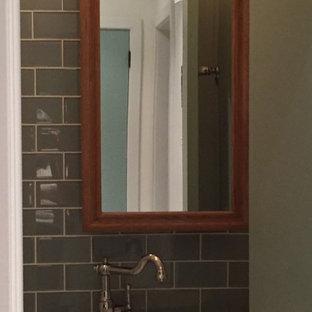 Ispirazione per un piccolo bagno di servizio industriale con ante in stile shaker, ante bianche, WC a due pezzi, piastrelle blu, piastrelle di vetro, pareti bianche, pavimento in gres porcellanato, lavabo a bacinella, top in quarzo composito, pavimento multicolore e top bianco