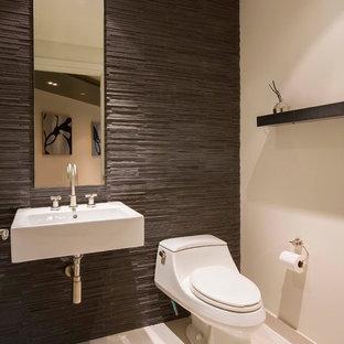 Réalisation d'un petit WC et toilettes minimaliste avec un lavabo suspendu, un WC à poser, un mur blanc, un sol en carrelage de porcelaine, un carrelage marron et du carrelage en ardoise.