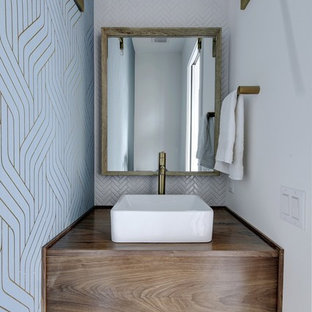 На фото: туалет в скандинавском стиле с плоскими фасадами, темными деревянными фасадами, разноцветными стенами, настольной раковиной, столешницей из дерева, разноцветным полом, коричневой столешницей, белой плиткой и полом из цементной плитки с